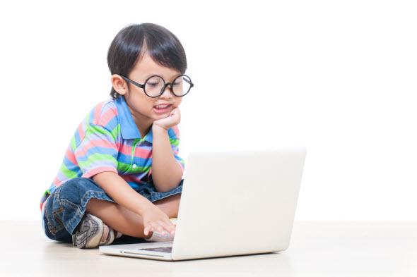 Barn på vuxenpoang.se med bärbar dator